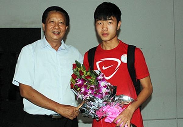 Đại diện Liên đoàn bóng đá Việt Nam (VFF) ra tận sân bay đón đội. Đội trưởng Lương Xuân Trường thay mặt toàn đội nhận hoa từ lãnh đạo VFF.