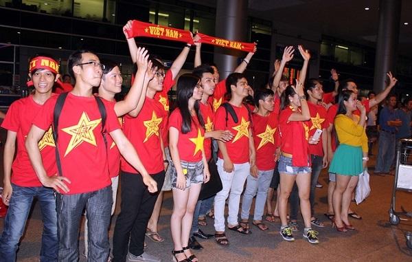 Các cổ động viên cũng có mặt tại sân bay để chào đón các cầu thủ trẻ.