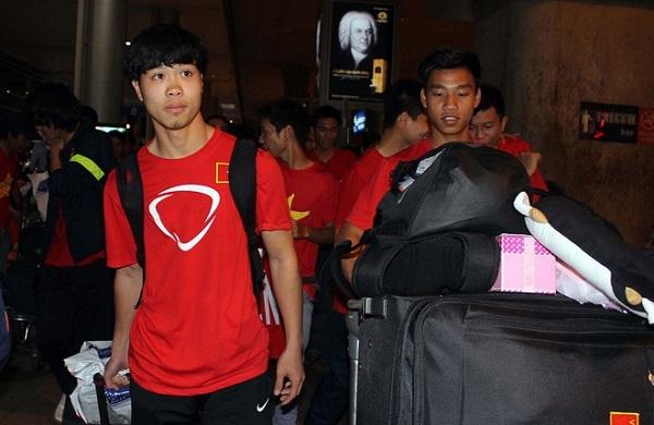 Tiền đạo Công Phượng và các đồng đội khá mệt mỏi sau chuyến bay dài. Trong chuyến tập huấn vừa qua, Công Phượng là người ghi nhiều bàn thắng cho U19 Việt Nam.