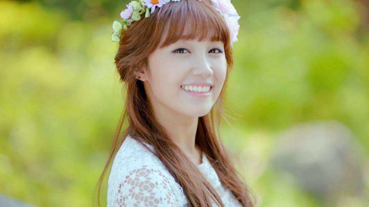 """""""Giọng ca vàng"""" Eunji được xem là người có tửu lượng khá nhất A Pink. Trong một chương trình truyền hình gần đây, thành viên Naeun đã chia sẻ rằng tuy Eunji ít uống rượu nhưng một khi cô đã uống rồi thì rất cừ."""