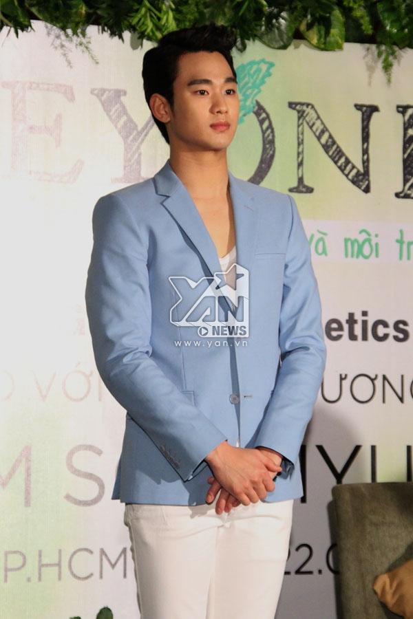 Kim Soo Hyun xuất hiện và gửi lời chào đến giới truyền thông Việt Nam   Nam diễn viên tiết lộ bản thân anh không có bí quyết dưỡng da nào đặc biệt, chỉ ăn uống đủ chất và ngủ đúng giờ.