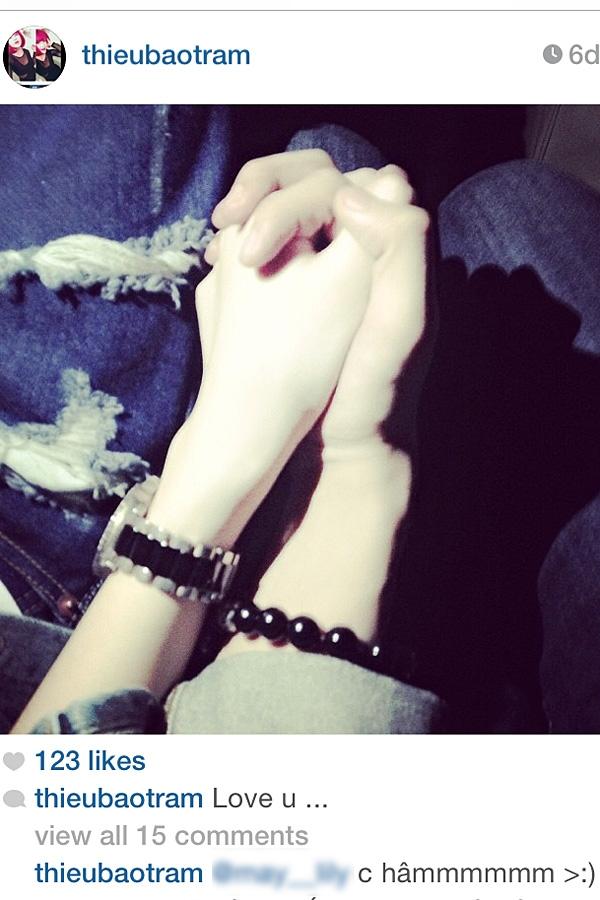 """Khi hình ảnh này đăng lên, một vài người bạn của Thiều Bảo Trâm trêu cô nàng, và một số fan của M-TP thì """"ngờ ngợ"""" với chiếc vòng tay."""