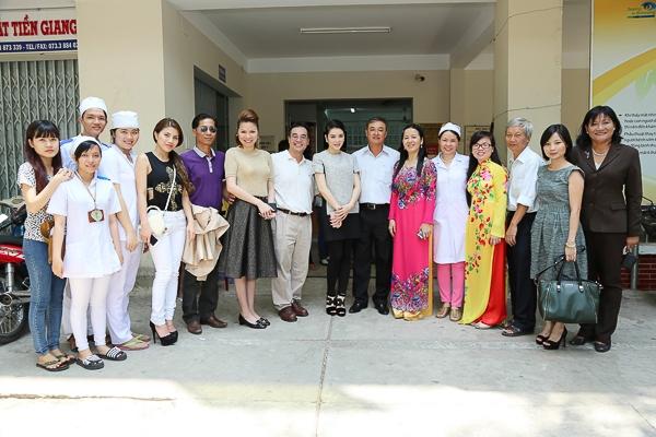 Lý Nhã Kỳ tổ chức mổ mắt cho 300 bệnh nhân đục thủy tinh thể - Tin sao Viet - Tin tuc sao Viet - Scandal sao Viet - Tin tuc cua Sao - Tin cua Sao
