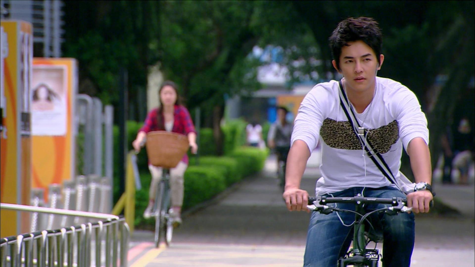 """""""Máy bay bà già"""" Minh Minh lén đạp xe đưa chàng phi công trẻ của mình về nhà"""