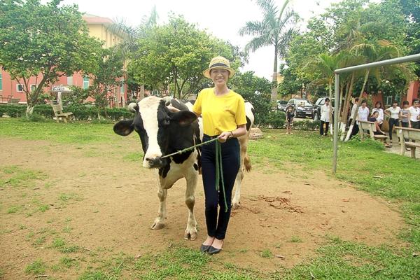 Siêu mẫu Trang Trần dùng bò sữa làm quà từ thiện