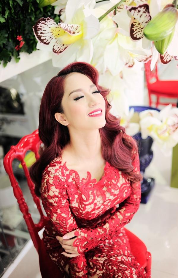 Ngắm Khánh Thi đẹp kiêu sa với đầm dạ hội ren đỏ