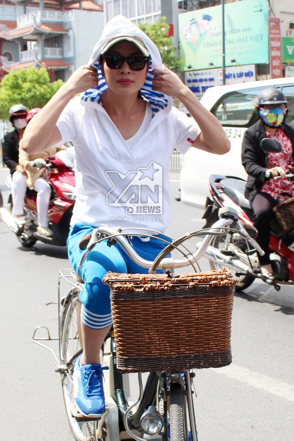 Mặc trời nắng, Mỹ Tâm hớn hở đạp xe đến với fan - Tin sao Viet - Tin tuc sao Viet - Scandal sao Viet - Tin tuc cua Sao - Tin cua Sao