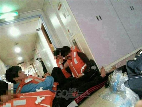 Hành khách mặc áo phao ngồi đợi bên trong con phà nghiêng. Ảnh: Global News/Fact TV.