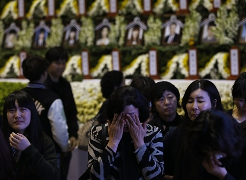 Mọi người tưởng nhớ các nạn nhân vụ chìm phà Sewol tại nơi tưởng niệm ở Ansan, thành phố có ngôi trường trung học của các em gặp nạn. Ảnh: Reuters