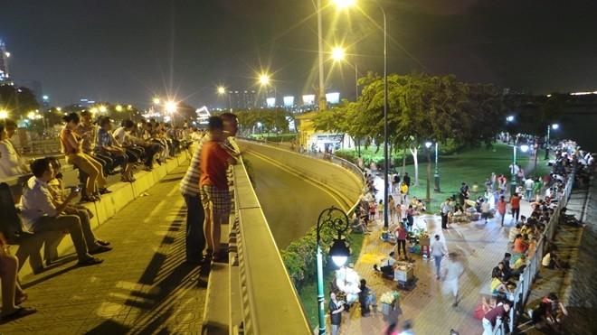Hàng ngàn người Sài Gòn đổ về trung tâm xem pháo hoa