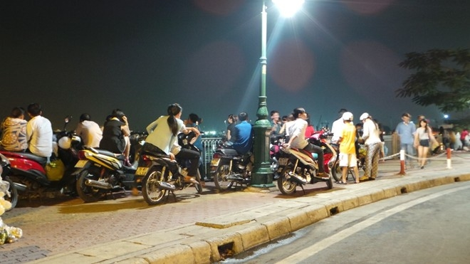 Khu vực xem pháo hoa lý tưởng nhất là bờ sông Sài Gòn phía quận 1, bến Bạch Đằng, cầu Khánh Hội, cầu Mống, bờ sông phía quận 4. Do vậy, từ 18h chiều 30/4, đã có nhiều người dân đến các khu vực này chọn chỗ ngồi ưng ý nhất.