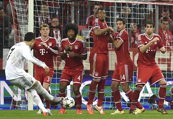 Ronaldo khép lại chiến thắng ấn tượng 4-0 cho Real với cú đá phạt tinh quái đi xuyên hàng rào.