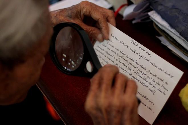"""Gia tài của ông là cái kính lúp, những bức thư, bưu thiếp... cảm ơn của khách. Ông Ngộ được Trung tâm sách Kỷ lục Việt Nam xác nhận là người viết thư thuê lâu năm nhất Việt Nam. Ngoài ra, nhiều người mến mộ gọi ông bằng những mỹ từ như """"người viết thư tình xuyên thế kỷ"""", """"người nối thế giới bằng những lá thư tay""""…"""