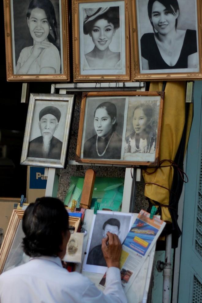 Một trong những nghề hiếm hoi còn sót lại ở Sài Gòn là vẽ tranh truyền thần. Trên góc nhỏ vỉa hè đường Điện Biên Phủ, ông Từ Hoa Lợi (77 tuổi, quê Quảng Ninh) vẫn miệt mài vẽ tranh cho khách. Ông Lợi được xem là người vẽ tranh truyền thần cuối cùng ở Sài Gòn.