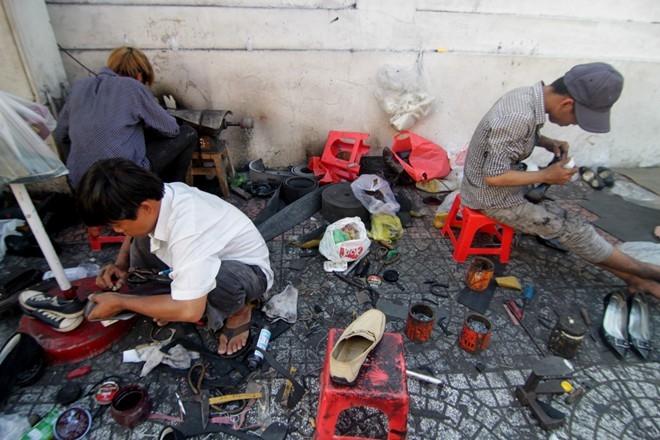 Khu vực đường Lê Thánh Tôn (Q.1) được gọi là phố sửa giày ở Sài Gòn. Tuy nhiên hiện nay không còn nhiều người theo nghề sửa giày lề đường. Lớn nhất phải kể đến tiệm sửa chữa và đóng mới giày của anh Văn bên cạnh nhà triển lãm TP.HCM. Tiệm hoạt động nhộn nhịp như một phân xưởng nhỏ. Hằng ngày, ông chủ và các thợ phụ cứ loay hoay cắt dán, chà nhám, khoan lỗ, đóng đinh, đánh bóng dép giày…