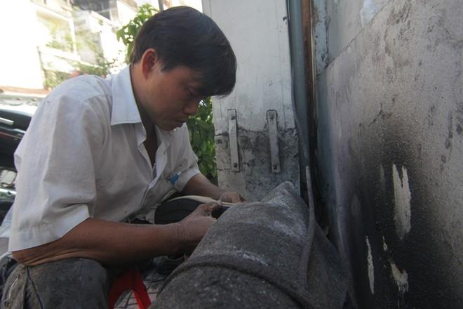 """Anh Văn thừa kế vốn nghề của cha. Từ lúc chỉ mới 14 tuổi, cậu bé Văn đã phải ra vỉa hè kiếm sống cùng cha. Đến năm 1991, cha mất thì anh tiếp nhận cái """"nghiệp"""" sửa giày vỉa hè."""