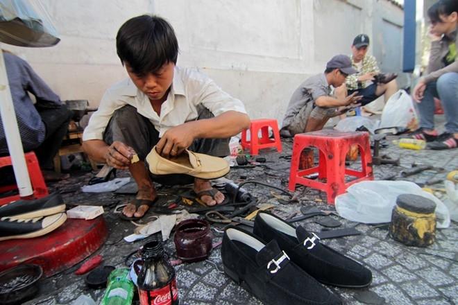 Hơn 20 năm lăn lộn trong nghề, Văn đã trở thành ông thợ sửa kiêm đóng giày có uy tín ở khu vực Lê Thánh Tôn. Dù làm ở lề đường, nhưng có nhiều khách Tây, người giàu có, ca sĩ, diễn viên... vẫn đến tiệm của anh, ngồi ghế nhựa và chờ anh sửa giày.