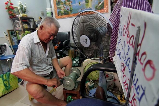 Nghề mài dao kéo dạo đã có từ lâu ở Sài Gòn. Xã hội càng hiện đại, càng khó để bắt gặp hình ảnh người mài dao kéo chất trên xe đạp đá mài, dao, búa... Trong ảnh, ông Tư Lúa (60 tuổi) đến tận nhà khách hàng ở Thủ Đức để mài dao. Với mỗi con dao được mài sắc, ông đều lấy giá 5 ngàn đồng.
