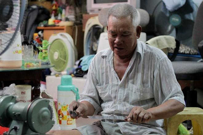 Mỗi ngày ông di chuyển đến nhiều chợ ở các khu vực Bình Triệu, Thanh Đa, Bà Triệu... để mài dao. Khách hàng chủ yếu là những người bán thịt. Trung bình ông thu nhập khoảng 100 ngàn/ngày. Để kiếm thêm thu nhập, có lúc ông Tư Lúa đi sửa quạt, cắt tóc vỉa hè...