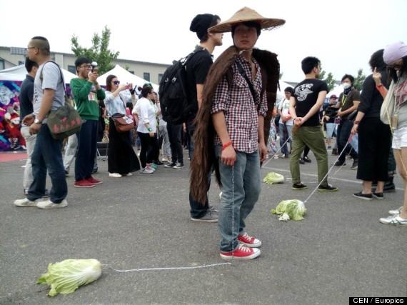Hội chứng dắt... bắp cải đi dạo của thanh niên Trung Quốc