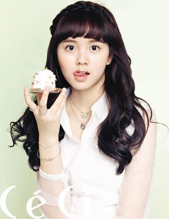 Sao nhí Kim So Hyun là một trong những diễn viên sáng giá nhất hiện nay. Cô bé vừa xinh đẹp lại hiền dịu, có lẽ đáng chú ý nhất là vai diễn lúc trẻ của Lee Bo Young trong I Hear Your Voice.