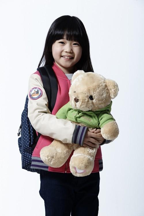 Cô bé Kim Yoo Bin hoàn toàn ghi điểm với khuôn mặt mũm mĩm siêu đáng yêu. Cô bé thu hút người khác với nụ cười tươi sáng và ánh mắt vô cùng ngây thơ. Tuy nhiên, không thể phủ nhận tài năng diễn xuất của Kim Yoo Bin trong phim God's Gift - 14 Days.