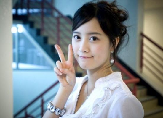 """Ấn tượng với dáng người nhỏ nhắn cùng gương mặt dễ thương, """"nàng Cỏ"""" Goo Hye Sun cực xứng đôi bên """"chàng xoăn"""" Lee Min Ho trong bộ phim Boys Over Flowers. Ít ai biết được Goo Hye Sun lại lớn hơn Lee Min Ho 3 tuổi. Cô nàng sinh ngày 9/12/1984"""