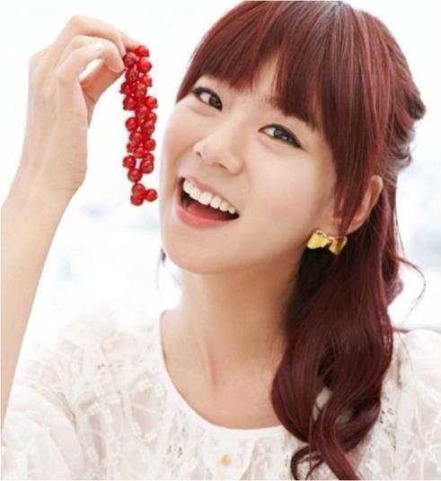 Thành viên Seungyeon của Kara khiến người khác không khỏi bất ngờ vì độ trẻ trung của mình. Cô sở hữu một gương mặt dễ thương và đáng yêu rất nhiều so với tuổi thật. Nhiều fan nghĩ rằng Seungyeon chỉ mới 19 tuổi. Cô sinh ngày 24/6/1988.
