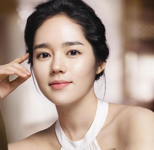 Han Ga In sở hữu một gương mặt thánh thiện cùng đôi mắt to và chiếc mũi đẹp, khán giả luôn cho rằng nữ diễn viên vẫn luôn tỏa sáng ở độ tuổi ngoài 20. Nhưng thực tế, không ai ngờ rằng, Han Ga In đã bước qua tuổi 30 và sắp lên chức mẹ vào năm sau. Cô sinh ngày 2/2/1982.