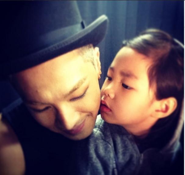 Taeyang khoe hình được Haru hôn