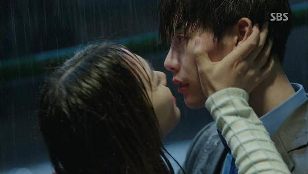 Phát sốt với nụ hôn của Jaejoong và Lee Jong Suk trên màn ảnh