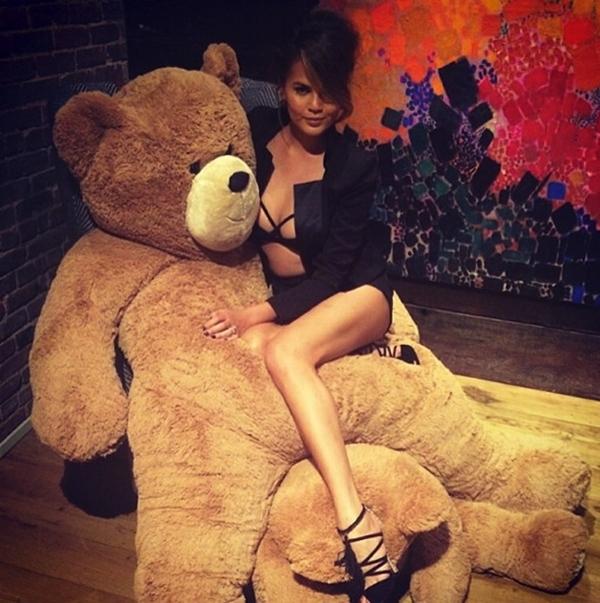 Chrissy Teigen thích thú khi được tặng một con gấu bông khổng lồ