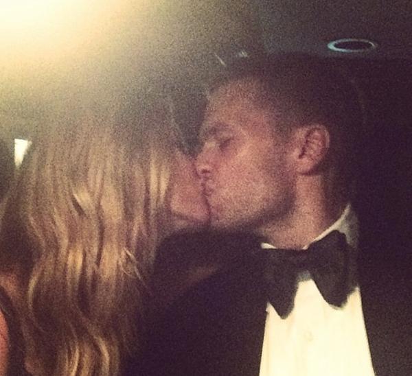 Gisele và Tom Brady đã thể hiện tình yêu của mình bằng một nụ hôn nồng cháy.