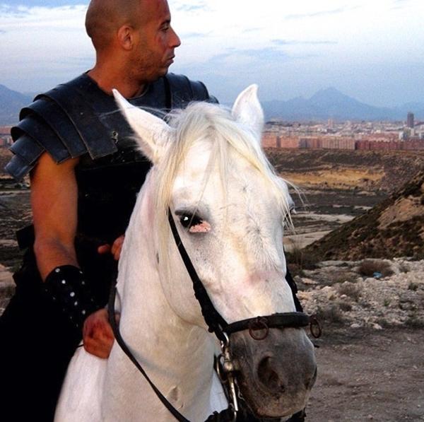 Vin Diesel trong một cảnh quay thời trung cổ. Có vẻ trong thời gian sắp tới, khán giả sẽ được thưởng thức một bộ phim tuyệt vời nữa của anh.