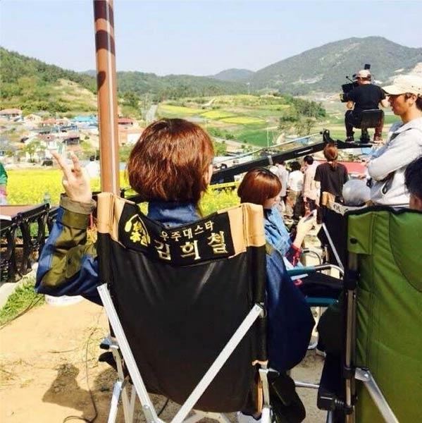 Heechul khoe hình chụp từ đằng sau khi đang quay phim