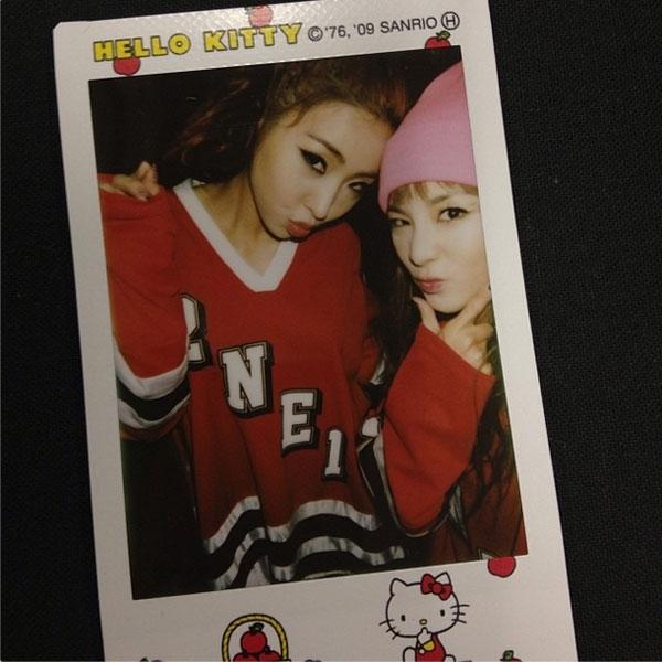 Bên cạnh đó, cô cũng không quên chụp cùng Minzy một kiểu nhí nhảnh