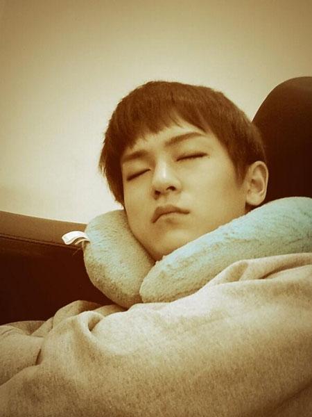 """Niel (Teen Top)cũng đăng tải một tấm hình L.Joe đang ngủ với nội dung: """"Anh sẽ tìm được sự thật vào ngày mai, em sẽ đóng cửa lại, ngủ ngon nhé"""""""