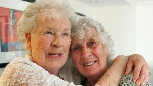 Cảm động hai chị em song sinh gặp lại nhau sau 78 năm thất lạc