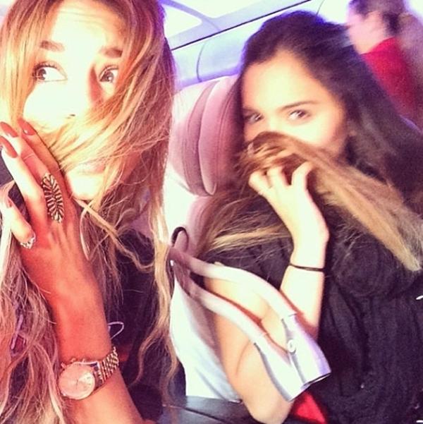 Vanessa Hudgens thân thiết cùng chị gái đùa giỡn cùng mái tóc.