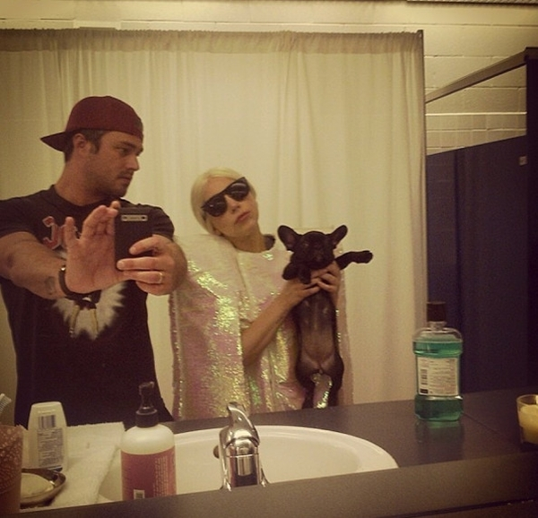 """Lady Gaga dạy chú cún cưng của mình """"tạo dáng"""" để chụp hình."""