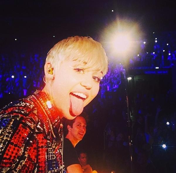 """Trong một buổi biểu diễn của mình, Miley Cyrus đã thực hiện một bức ảnh """"tự sướng"""" chung với tất cả người hâm mộ."""