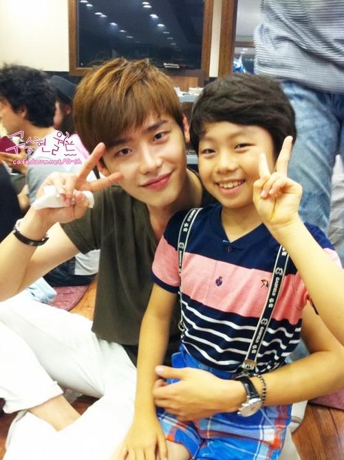 Cậu bé khá thân với Lee Jong Suk