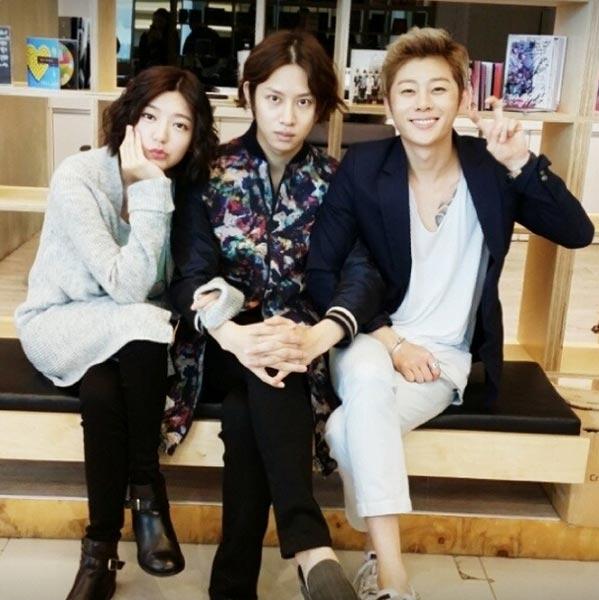 Trong khi đó, Heechul đăng tải hình ảnh chụp từ tiệm làm tóc