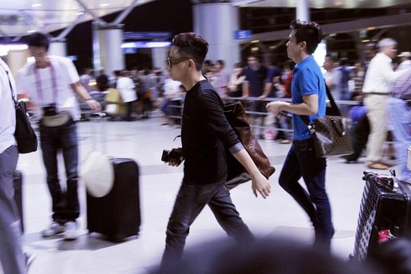 Ngay sau khi làm việc với host của Vietnam's Next Top Model 2013, NTKCông Trí nhanh chóng di chuyển ra sân bay để kịp chuyến bay khuya sang Ý. - Tin sao Viet - Tin tuc sao Viet - Scandal sao Viet - Tin tuc cua Sao - Tin cua Sao