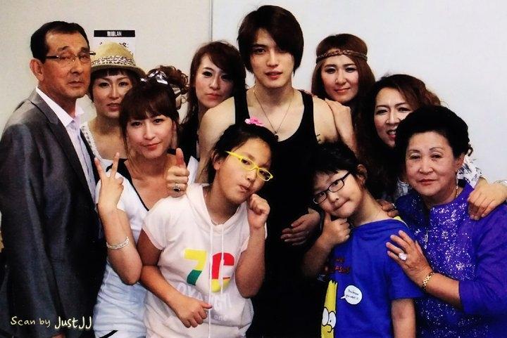 Jaejoong cùng những người chị gái nuôi