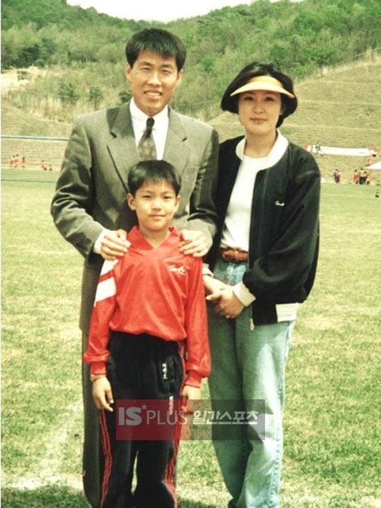 Lee Min Ho hạnh phúc trong vòng tay của bố mẹ
