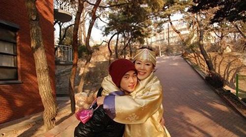 Là con trai một trong gia đình, Kim Soo Hyun được mẹ dành cho vô vàn tình yêu thương