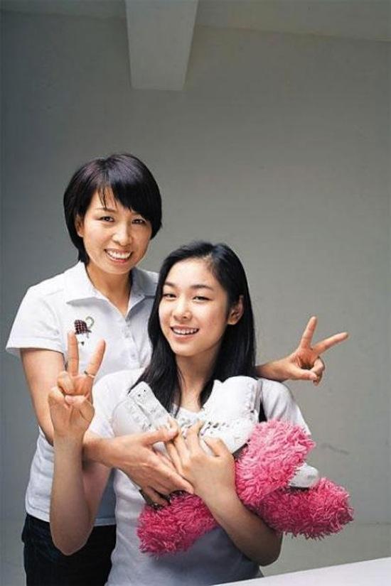 """""""Nữ hoàng trượt băng"""" Kim Yuna lúc nào cũng có mẹ bên cạnh để ủng hộ"""