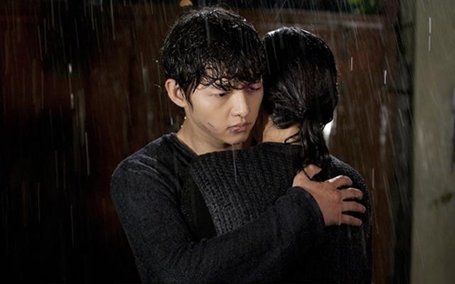 Song Joong Ki và Moon Chae Won cũng trải qua một cảnh đáng nhớ dưới mưa trong phim Nice Guy. Khi nhân vật Eun Gi nhận ra tình yêu của mình, cô đã không quản trời mưa mà chạy đến nhà Maru để thổ lộ với anh với mong muốn được sống chung với anh mãi mãi. Dù bị đánh sưng mặt, nhưng Maru vẫn ôm Eun Gi trong lòng và tiếp nhận tình cảm của cô.