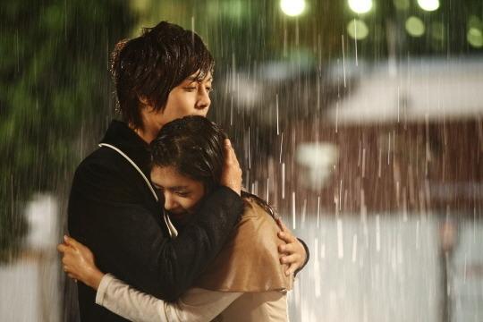 Trong Playful Kiss cũng có một cảnh dưới mưa vô cùng lãng mạn giữa Kim Hyun Joong và Jung So Min